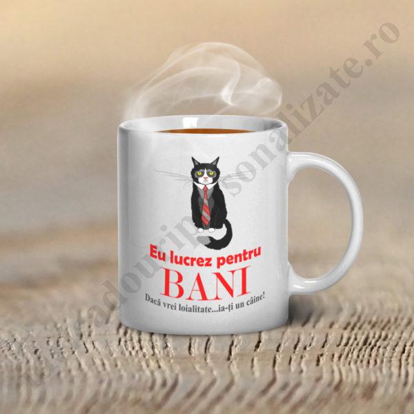 Cani cu mesaj Eu lucrez pentru Bani, cani cu mesaj, cani personalizate, cani personalizate cu mesaje haioase